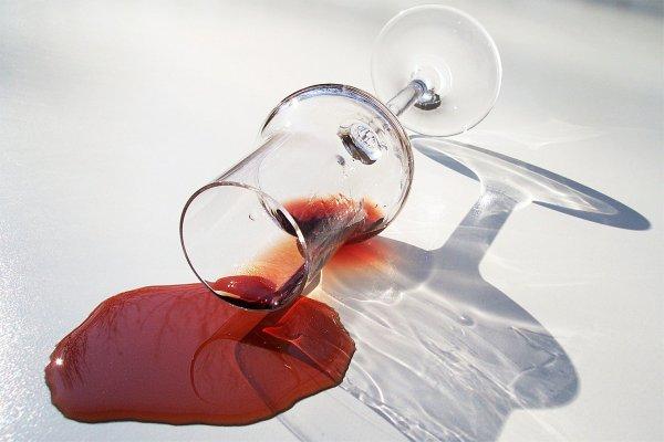 Was sollte man tun, um Rotweinflecken aus dem Teppich zu bekommen und zu entfernen?  - Haushaltstipp #2 Getrocknete und frische Rotweinflecken aus dem Teppich entfernen